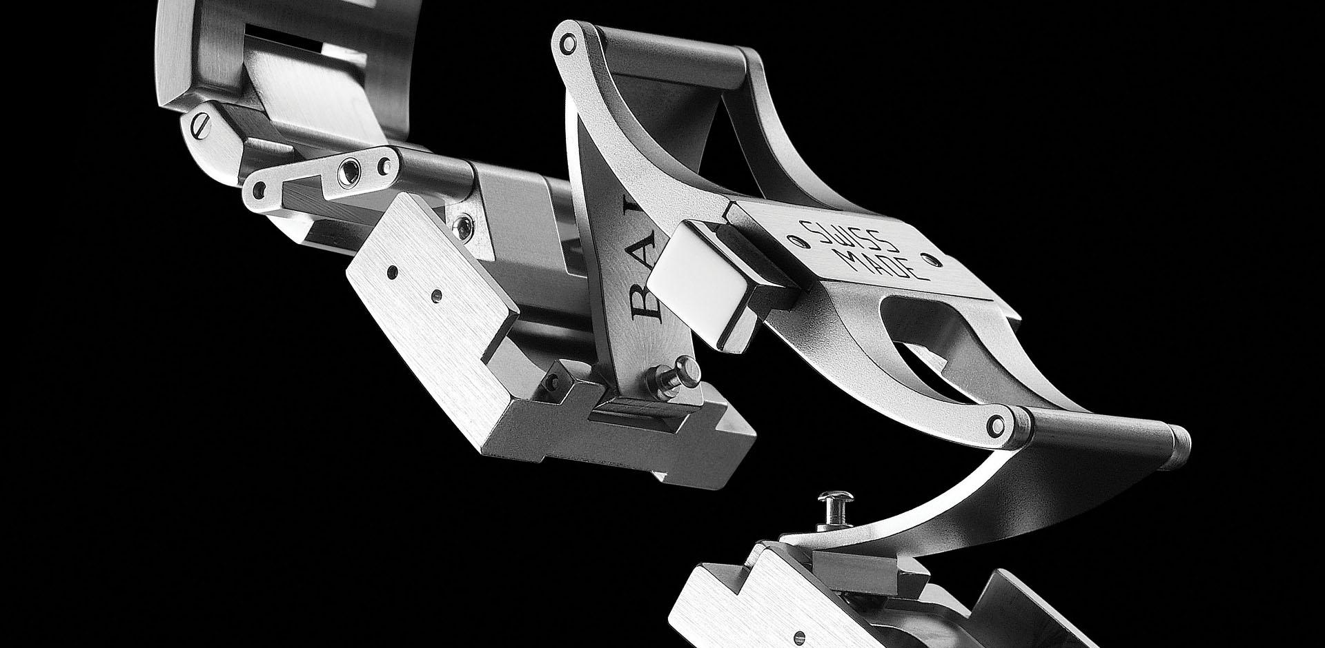 <p><strong>高度耐用和佩戴舒适度的专业表扣</strong><br /> <br /> 波尔表(BALL Watch)专利注册的折迭式表扣及其伸延系统拥有数项优点。表扣是由整块不锈钢制造出来,令耐用度增加而且质素更高。而为令使用者佩戴舒适,整个表扣的重量作平均分布,力求完美。表扣中的各个组件都是均衡设置于表扣的金属盖之下。在表带两旁,是22毫米长的&ldquo;伸延系统&rdquo; ,令表带可美观地配衬各种不同的运动服装。</p>